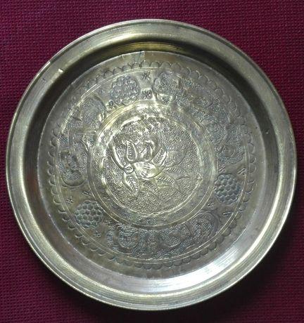 Conjunto de peças antigas de latão cinzelado