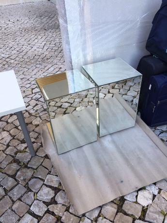 Duas mesas espelhadas