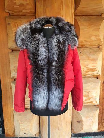 Czerwona kurtka obszyta futrem. Rozmiar L