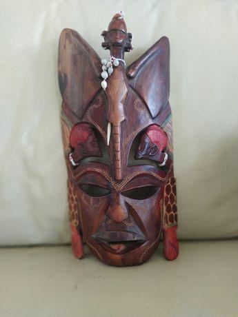 Maska z drzewa egzotycznego