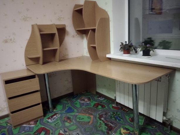 стіл з тумбою і поличками в дитячу