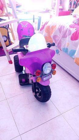 Moto triciclo eléctrica.