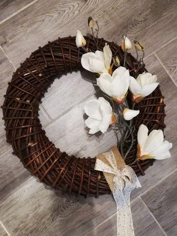 wianek rustykalny sztuczne kwiaty magnolii na ścianę drzwi grób