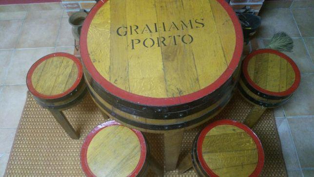 """Vendo mesa redonda """"Grahams Porto"""" com 4 bancos"""