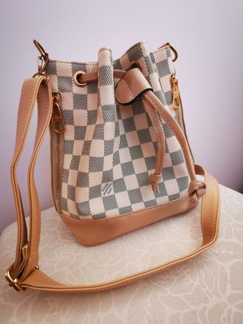 Mała torebka typu worek z napisem Louis Vuitton