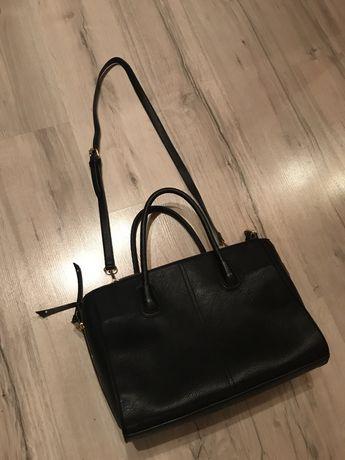 Czarna torebk na ramie oraz z uszami.