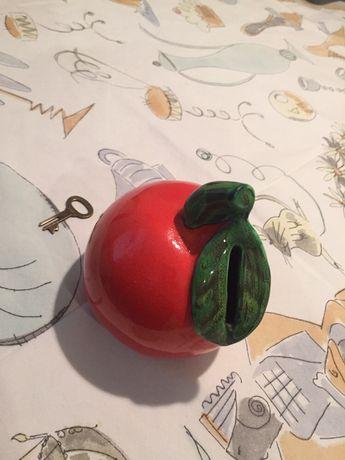 Stara skarbonka na klucz w kształcie  jabłka