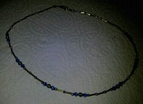 Gargantilha com pedras azuis