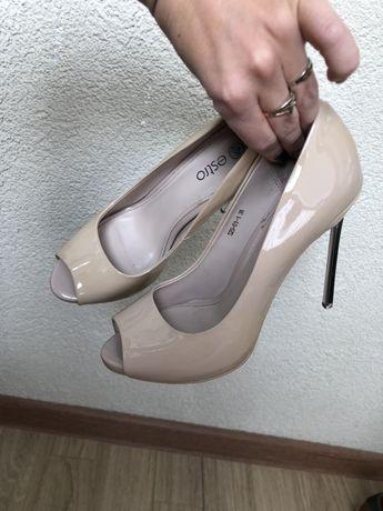 Бежевые лаковые свадебные туфли на шпильке