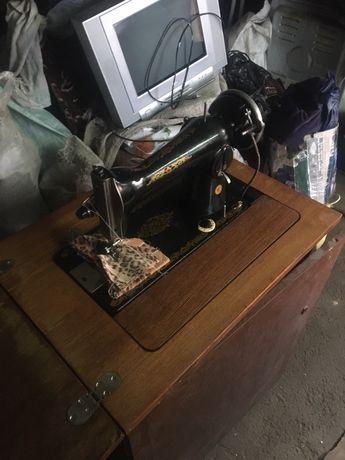 Швейна машинка з тумбою, ножний привод