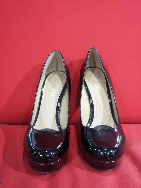 Sapatos pretos de verniz Aldo compensados n39
