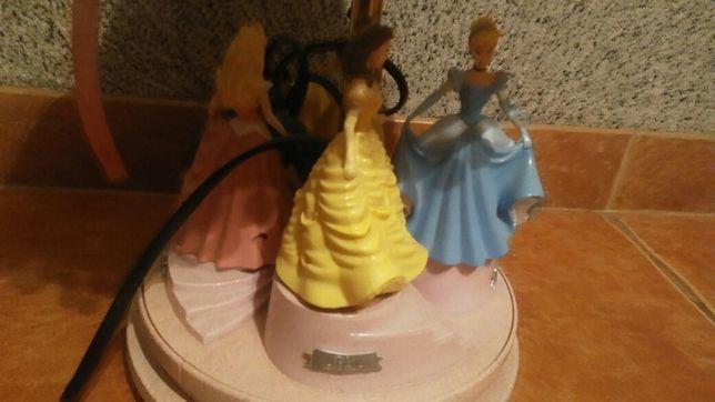 Lampka nocna dla dziecka królewny gra kręci się