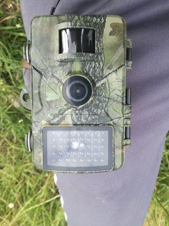 câmera de caça nova em folha