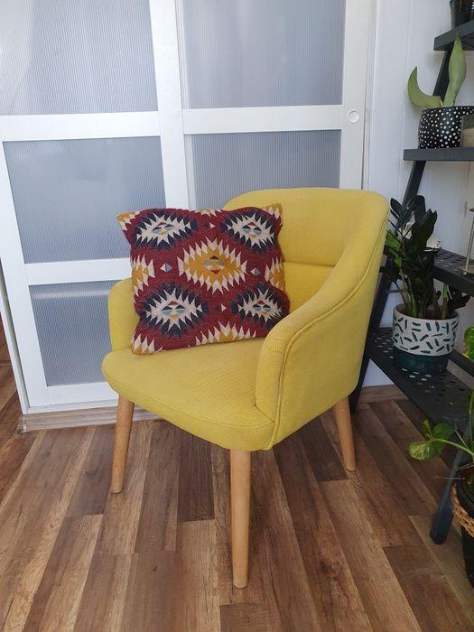 Żółty fotel na drewnianych nóżkach uszak Boho Eclectic Płock - image 1