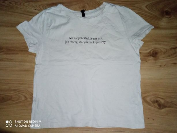 Biała koszulka na krótkim rękawem.