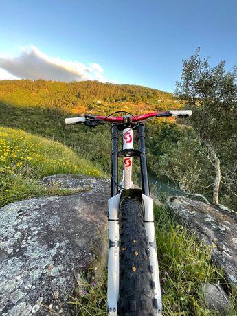 Bicicleta downhill como nova