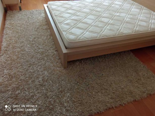 Cama de casal  com colchão, mesas de cabeceira e tapete