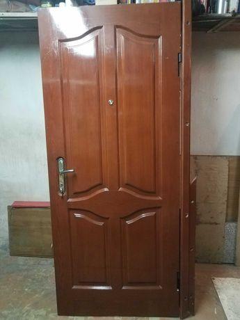 Двери бронированные. Облицовка - вишня под лаком
