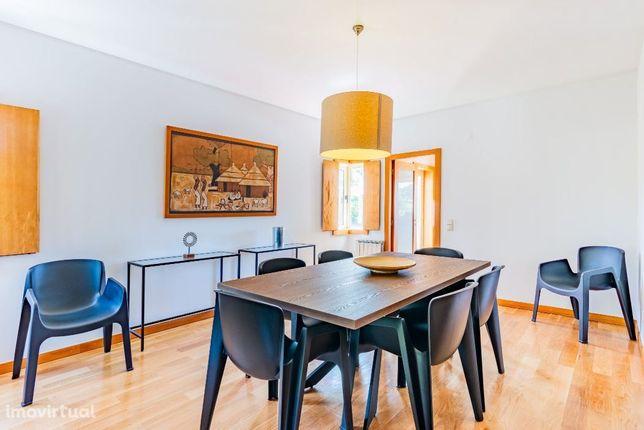 Magnífica Moradia T4/4 frentes/4 pisos/amplas salas/Miramar