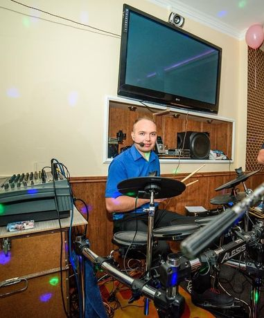 Perkusista zagra w zespole