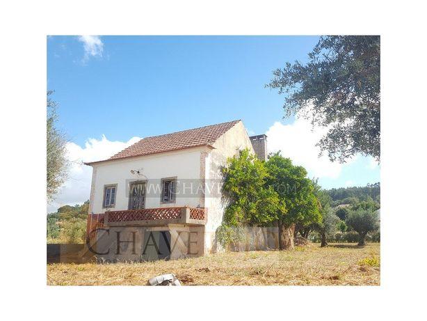 Casa de habitação com terreno, a necessitar de obras de r...