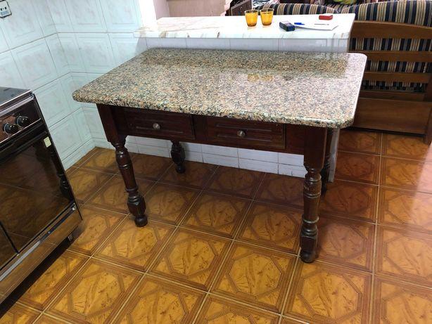 Mesa de apoio/cozinha com tampo de pedra