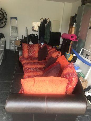 Sofas em Pele , super confortaveis com almofadas .