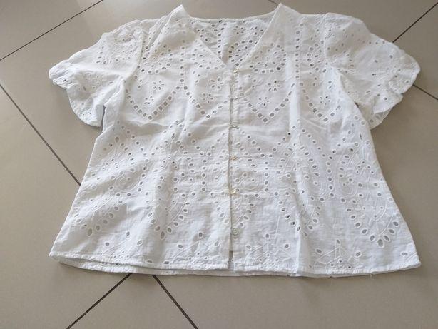 Biała bluzka azurowa zapinana na guziki