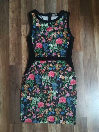 Sukienka w kwiaty wyszczuplająca PULL&BEAR