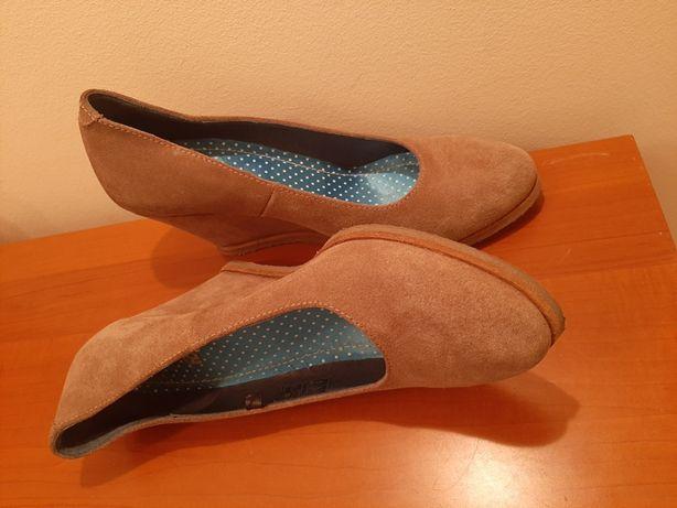 Zamszowe buty na koturnie z okrągłym noskiem