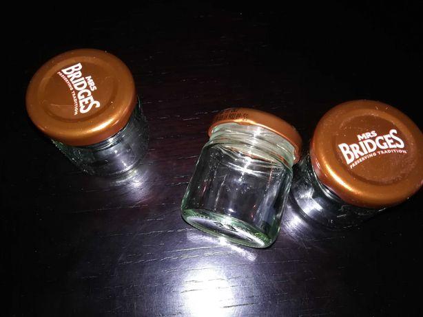 3 frascos pequenos com tampa