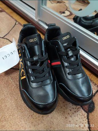 Кроссовки чёрные