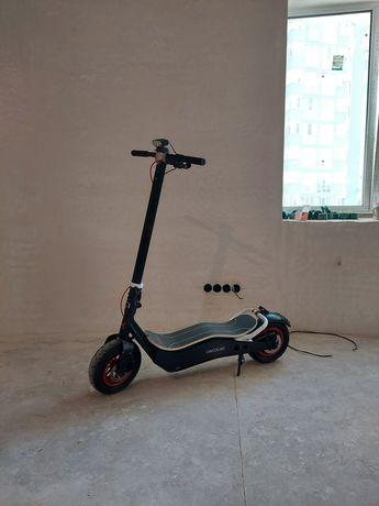 Продам большой электросамокат на 12 дюймовых колесах.