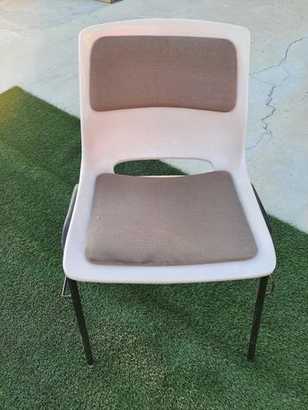 40 Cadeiras plásticas com assento e encosto almofadado!