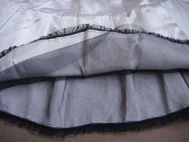 biała spódnica z czarnym tiulem
