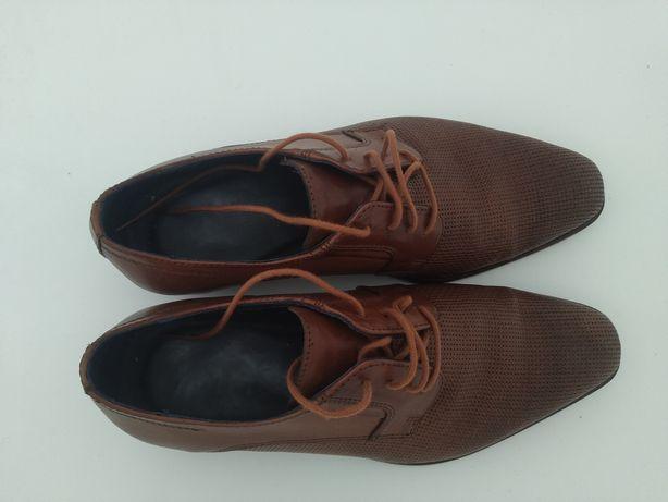 Sapatos Clássicos Castanhos Novos