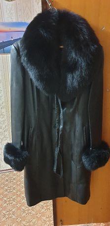 Кожаное женское пальто с подкладкой.