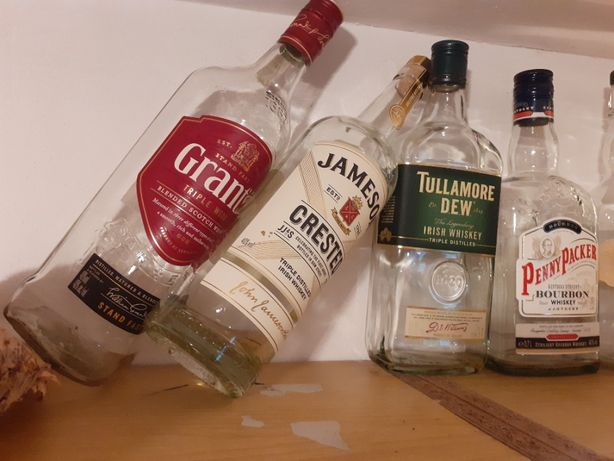 puste butelki po whisky i burbonie