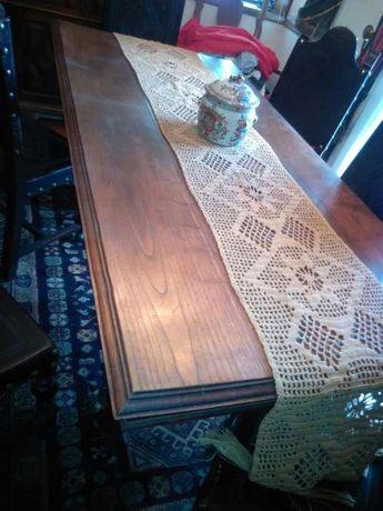 Mesa de madeira e cadeiras de sec.