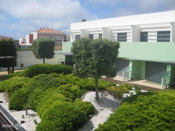 Moradia T3 em condomínio a 300 metros da Praia da Areia Branca
