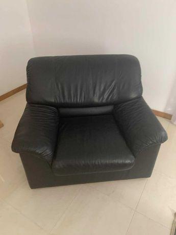 Conjunto de sofás pretos de cabedal