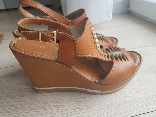 Sandałki na koturnie skóra Lasocki