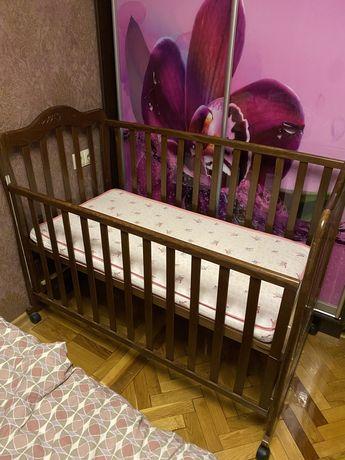 Кроватка деревянная с матрасиком и шухлядой
