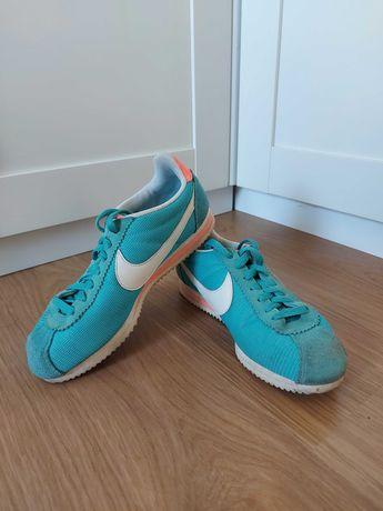 Ténis Nike azuis e rosa
