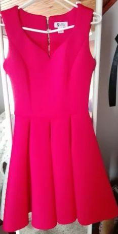 Piękna czerwona sukienka z pianki