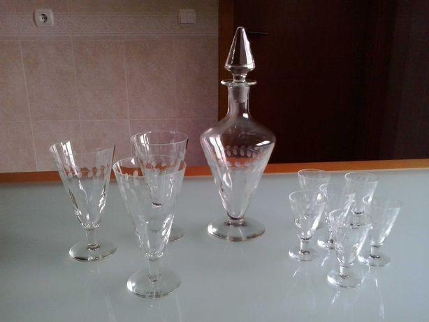 Garrafa e diversos copos antigos