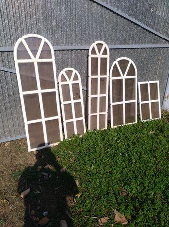 Várias janelas de alumínio e de madeira