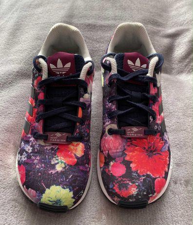 Sapatilhas Adidas modelo ZX Flux, com estampa floral