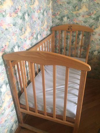 Детская кроватка с матрасом и две простыни