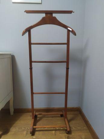 Drewniany stojak na garnitur ubrania